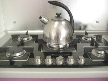 Первое, что сделали - вскипятили воду в чайнике.