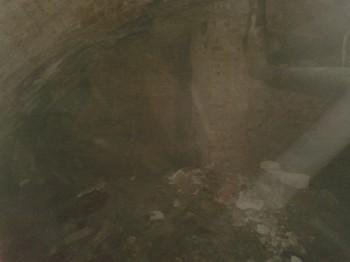 Главный зал. Тут есть колонная поддерживающая свод и соверменные канализации.